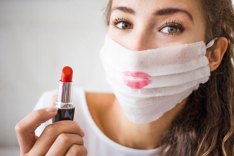 Ilustrasi memakai lipstik dan masker