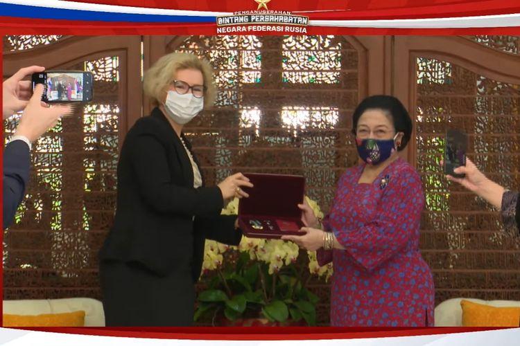 Presiden kelima RI Megawati Soekarnoputri menerima Bintang Jasa Persahabatan dari Duta Besar Rusia untuk Indonesia Lyudmila Vorobyova, Rabu (2/6/2021).