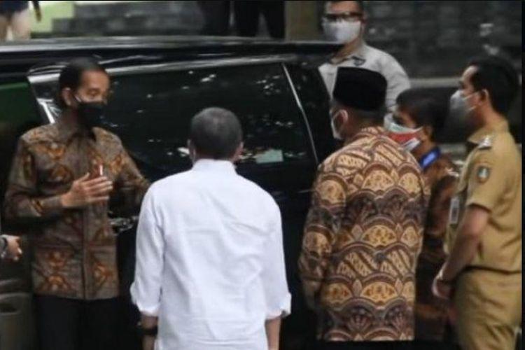 Momen itu terekam saat Gibran yang mengenakan pakaian PDH PNS menemani kunker Jokowi dalam pertemuan majelis rektor perguruan tinggi negeri di UNS, Senin (13/9/2021).