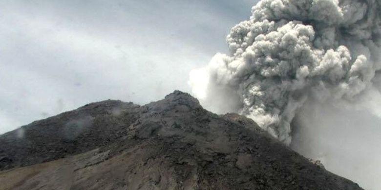 Gunung Merapi di Jawa Tengah mengalami erupsi dan memuntahkan asap dengan tinggi kolom mencapai 5.000 meter dari puncak pada Jumat (27/3/2020). ANTARA/HO/BPPTKG/pri.