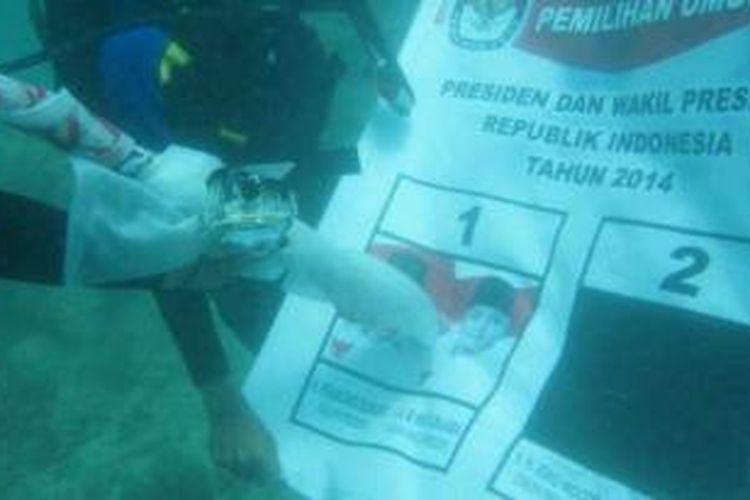 Penyelam yang tergabung dalam Sahabat Prabowo BEngkulu melakukan demonstrasi pencoblosan di dasar laut, Pulau Tikus, Bengkulu