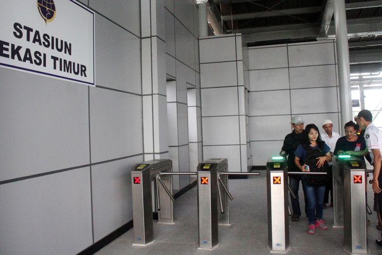 Penumpang keluar dari Stasiun Bekasi Timur, Bekasi, Jawa Barat, Senin (9/10). Setelah pengoperasian Kereta Rel Listrik lintas Bekasi-Cikarang, tercatat sekitar 1.600 penumpang melalui stasiun tersebut  dari pukul 05.00 hingga 10.00 WIB pada Senin (9/10). ANTARA FOTO/Risky Andrianto/pras/17