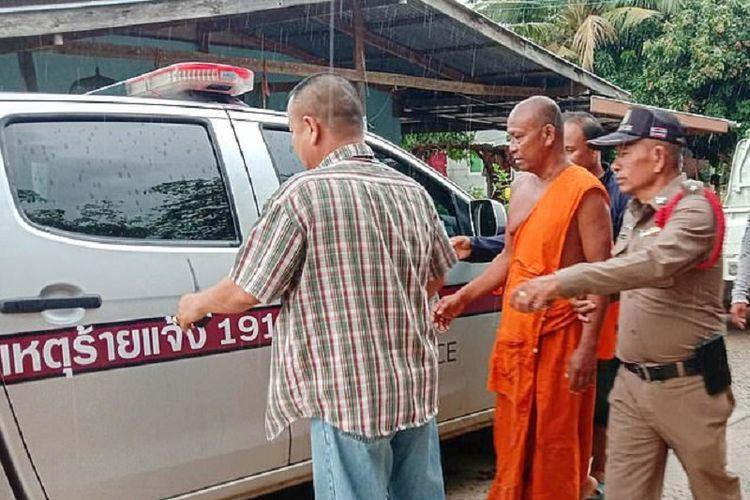 Biksu Um Um Deeruenram ketika dibawa oleh polisi. Dia ditangkap setelah membunuh mantan pacar karena cemburu melihatnya bersama pria lain di Buriram, Thailand.