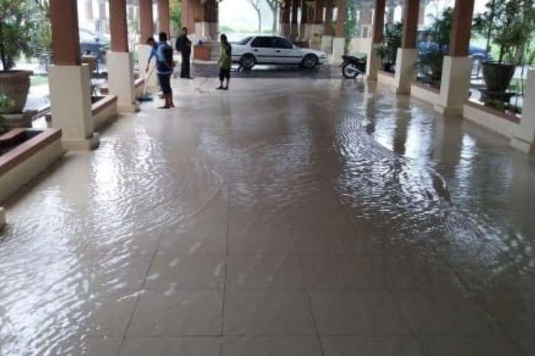 Banjir ketinggian 20-30 sentimeter menggenang kantor IPP Setda Sumedang, Senin (4/3/2019). AAM AMINULLAH/KOMPAS.com