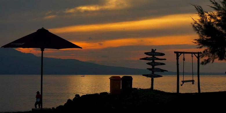 Sunrise di Pantai Cacalan Banyuwangi, Jawa Timur.