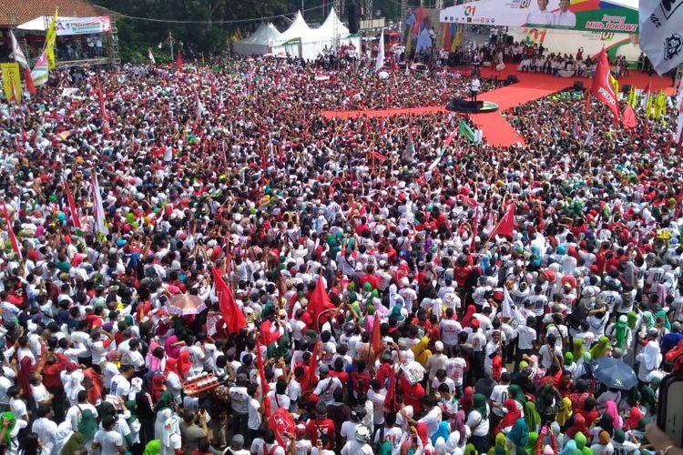 Pendukung Jokowi memadati arena kampanye di kompleks GOR Satria Purwokerto, Jawa Tengah, Kamis (4/4/2019)