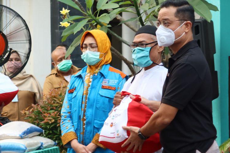 Mensos Juliari P Batubara saat menyalurkan BST di Desa Cikande, Kecamatan Jayanti, Kabupaten Tangerang, Banten, Selasa, (23/62020).