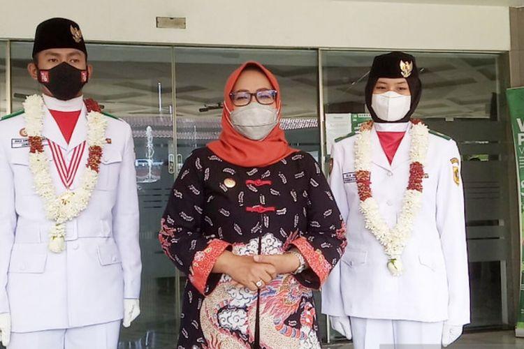 Bupati Bogor Ade Yasin saat menyambut kedatangan Dika Ambiya Rahman dan Ula Nisya di Kantor Bupati, Cibinong, Kabupaten Bogor, Jawa Barat, Senin (23/8/2021).