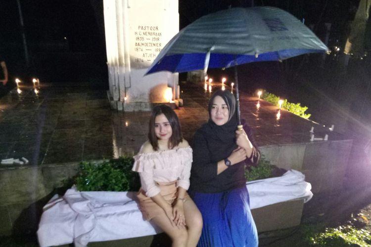 Prilly Latuconsina d(kiri) dan Risa Saraswati sedang memberi penjelasan tentang acara Alunan Misteri di Taman Maluku, Kota Bandung, Minggu (18/3/2018) malam, untuk menyambut rilis film horor Danur 2: Maddah.