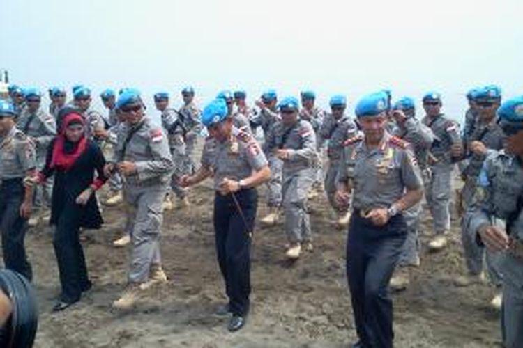 Kapolri Jenderal Sutarman bergoyang bersama 140 pasukan Satgas FPU (Formed Police Unit) Indonesia VI, Selasa (5/11/2013). Pasukan ini nantinya akan berafiliasi dengan United Nations Hybrid Operation in Darfur (UNAMID) untuk bertugas di Darfur, Sudan.