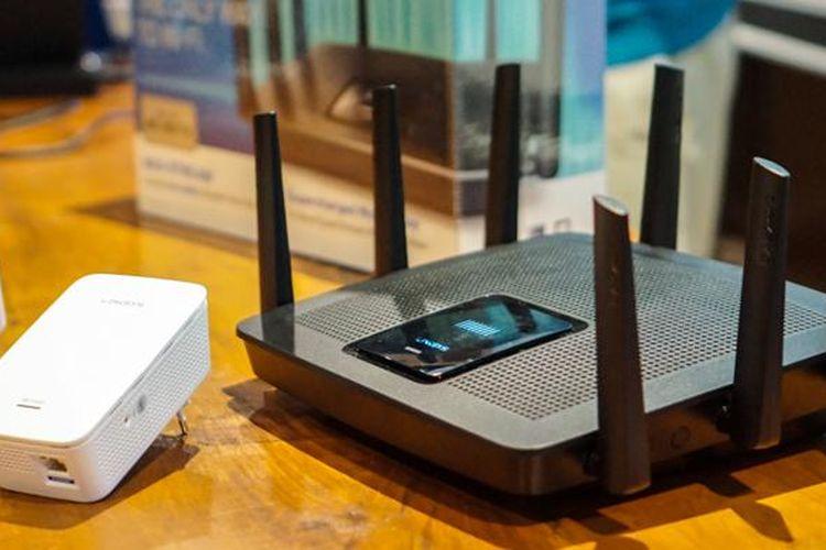Router Wi-Fi Linksys EA9500 (kanan, warna hitam) yang memiliki delapan buah antena eksternal.