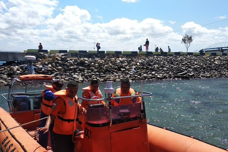Tim SAR Pos Namlea dikerahkan untuk mencari kapal kargo MV Nur Allya yang hilang kontak di peraiaran Pulau Buru, Maluku, Minggu (25/8/2019/) fotodok Kepala Kantor SAR Ambon