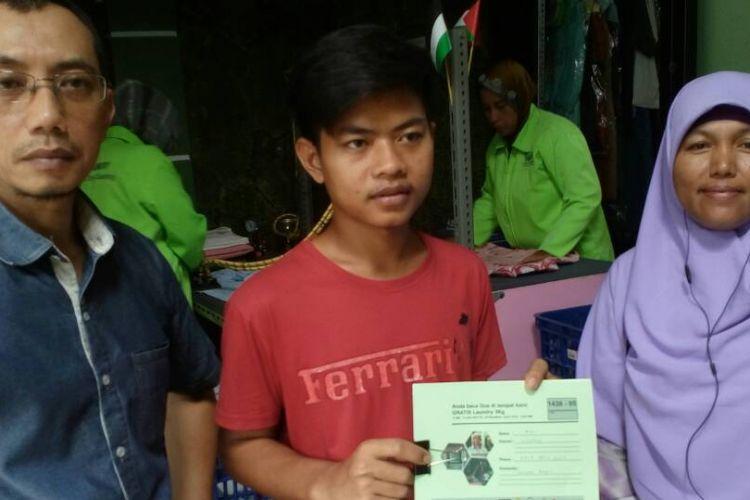 Asep Irawan Hidayat, pemilik Poetri Laundry yang berlokasi di Kelapa Dua, Depok. Laundry milik Asep menawarkan jasa cuci gratis kepada para pelanggannya selama bulan ramadhan kali ini.