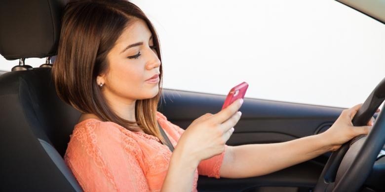 Mengemudi sambil bermain ponsel adalah tindakan yang membahayakan diri sendiri dan pengguna jalan lain