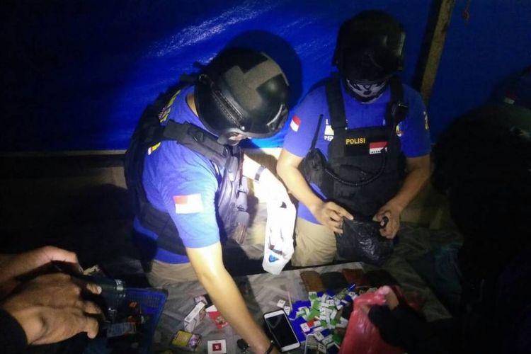 Tim Star Polres Lhokseumawe, mengamankan pelaku perjudian di Desa Blang Raya, Kecamatan Muara Dua, Lhokseumawe, Sabtu (17/6/2017).