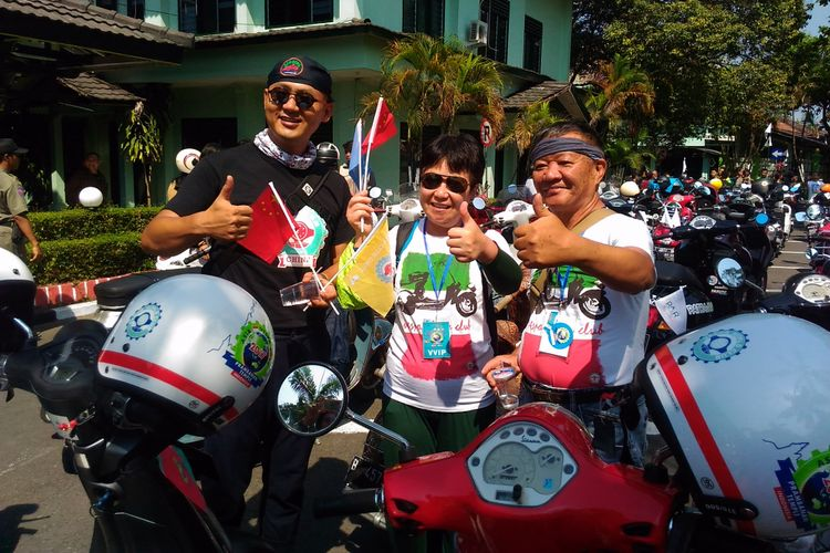 Lin Hai (kiri), warga China bersama rekannya ketika mengikuti ajang Asia Vespa Day di Balai Kota, Jalan Kenari, Kota Yogyakarta, Sabtu (16/9/2017)