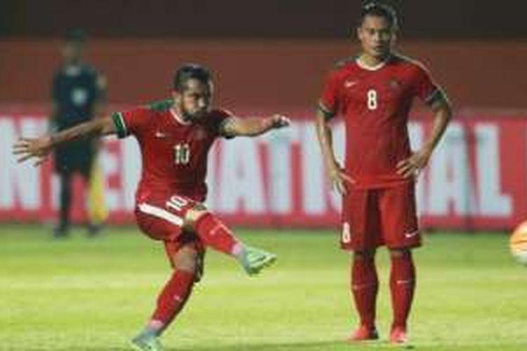 Gelandang Dedi Kusnandar melihat winger Zulham Zamrun melepaskan sepakan bebas yang berbuah gol pertama Indonesia ke gawang Vietnam di Stadion Maguwoharjo, Sleman, Minggu (9/10/2016).
