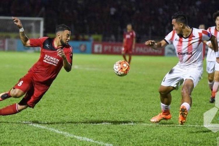 Striker Semen Padang, Marcel Sacramento (kiri) berhadapan dengan bek Persija, Gunawan Dwi Cahyo di Stadion H Agus Salim, Sabtu (3/9/2016) malam.