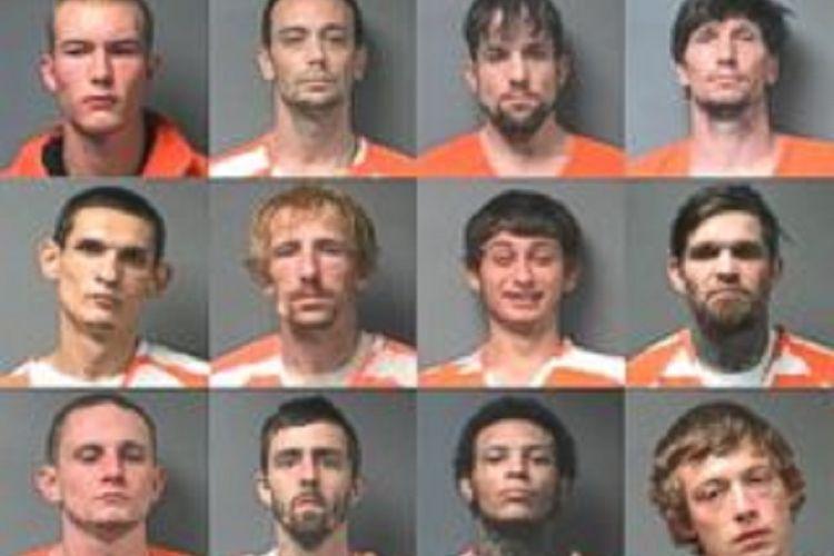Dua belas napi yang kabur dari sebuah penjara di Alabama, Amerika Serikat, dengan menggunakan selai kacang untuk menutup nomor pintu keluar, sehingga sipir mengira itu adalah pintu masuk menuju sel tahanan.