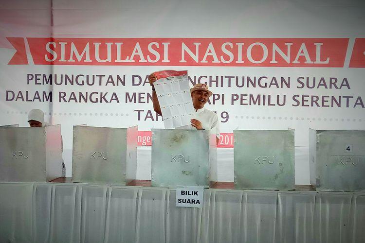 Bupati Tangerang Ahmed ZakiIskandar menjadi peserta simulasi pemungutan dan penghitungan suara Pemilu Serentak 2019 yang digelar di lapangan bola Kelurahan Sindang Sono, Kecamatan Sindang jaya, Kabupaten Tangerang, Banten, Sabtu (19/8/2017).