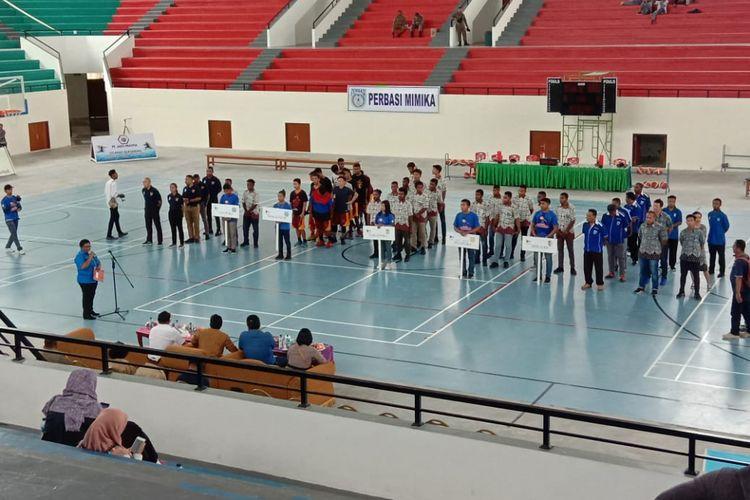 Sejumlah atlet basket dari kabupaten/kota di Papua mengikuti upacara pembukaan Kejurda Bola Basket di Mimika Sport Complex (MSC), Selasa (22/1/2019)