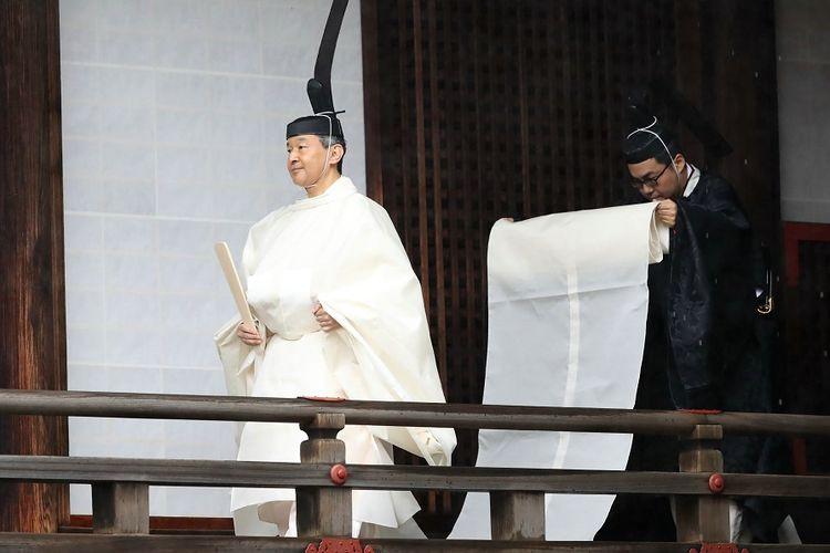 Kaisar Naruhito berjalan menuju menuju ruang suci Kashikodokoro untuk melaporkan proklamasinya kepada dewa dan para leluhur, dalam rangkaian seremoni penobatan kaisar Jepang, Selasa (22/10/2019).