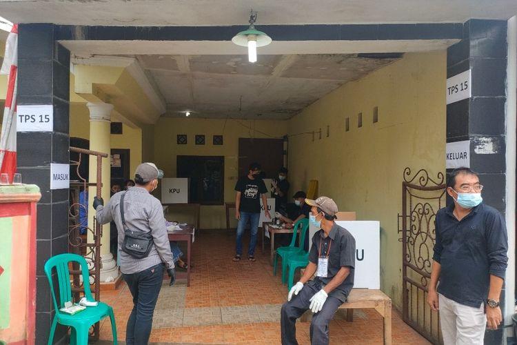 Suasana Tempat Pemungutan Suara (TPS) 15 Kelurahan Pamulang Timur, Tangerang Selatan saat pemungutan suara ulang Pilkada Tangerang Selatan 2020, Minggu (13/12/2020)