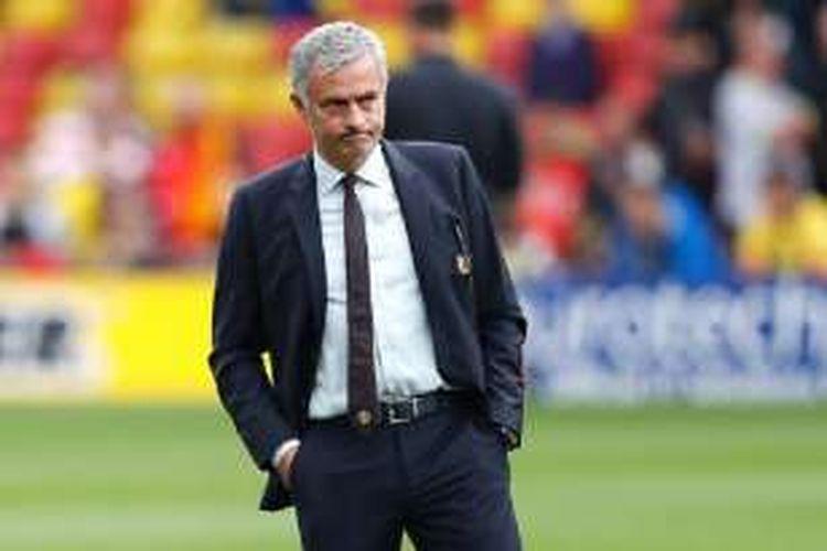 Wajah Jose Mourinho tampak masam saat Manchester United tertinggal dari Watford di Vicarage Road dalam laga Premier League, Minggu (18/9/2016).
