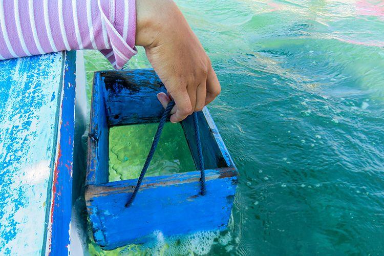 Melihat keindahan bawah laut di Pantai Pasir Putih Situbondo lewat kotak kaca.