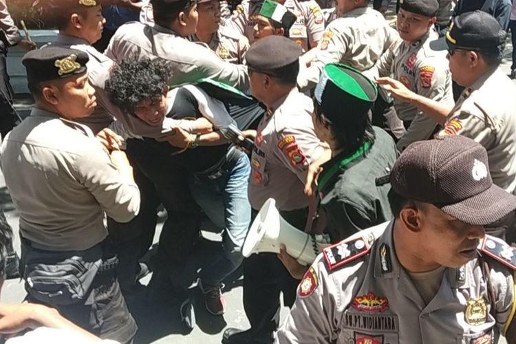 suasan ricuh Demo di kantor Gubernur