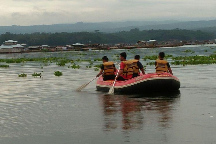 Petugas tengah menyusuri Waduk Cirata guna mencari korban hilang dalam kejadian perahu tenggelam, Kamis (21/12/2017) sekitar pukul 14.00.