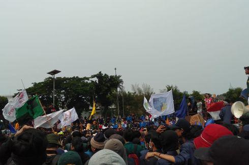 Dari Atas Mobil, Mahasiswa Tuntut Bertemu Pimpinan DPR hingga Tarik Mundur Polisi