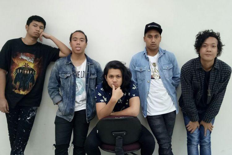 (Kiri ke kanan) Gege, Robeth, Nabil, Rishad, Rhein, personel Ringgo 5 berkunjung ke redaksi Kompas.com, di Gedung Kompas Gramedia, Palmerah Barat, Jakarta Pusat, Senin (25/9/2017).
