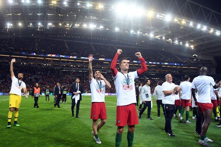 Cristiano Ronaldo merayakan keberhasilan Portugal menjadi juara UEFA Nations League 2019 di Estadio do Dragao, Porto, Portugal. Venue tersebut juga menjadi lokasi final Liga Champions 2020-2021.