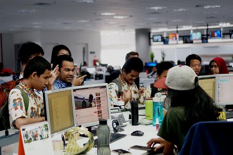 Delapan siswa Sekolah Luar Biasa (SLB) A Pembina Jakarta berkeliling Kantor Kompas Gramedia Jakarta, Selasa (3/12/2019) siang. Para siswa diajak mengenal dunia kerja di bidang jurnalistik.