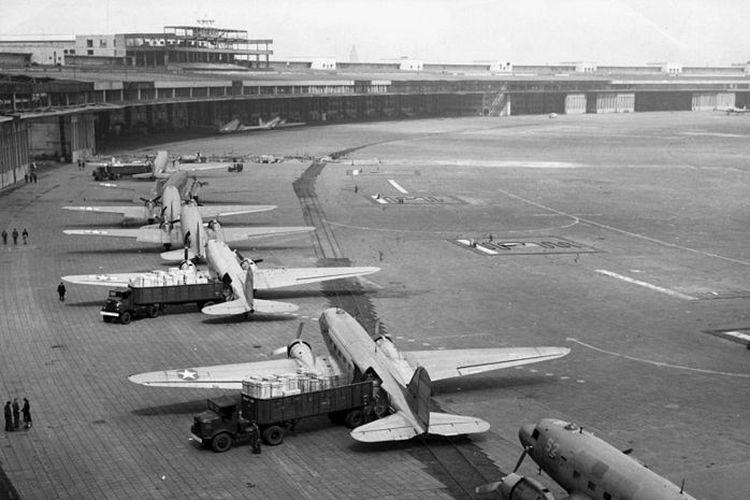 Deretan pesawat angkut Douglas C-47 Skymaster berada di bandara Tempelhoff, Berlin sedang menurunkan muatannya.