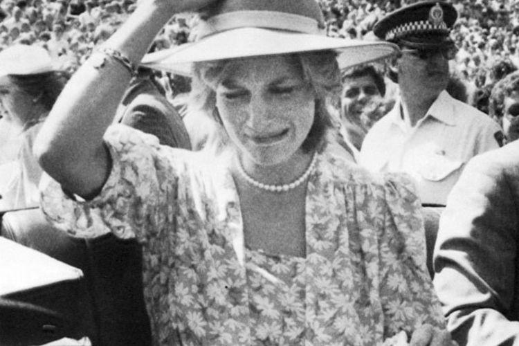 Momen tur kerajaan pertama Pangeran Charles dan Putri Diana di Australia dan Selandia Baru pada 1983. Fotografer Ken Lennox mengabadikan momen ketika Diana menangis secara terbuka ketika sang suami sedang melihat ke arah lain.