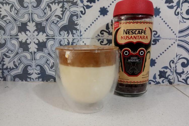 Membuat dalgona coffee tanpa mixer, melainkan pakai saringan sederhana, Selasa (7/4/2020).