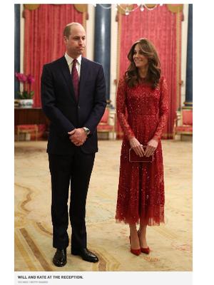 Kate Middleton terlihat mengenakan gaun dari Needle and Thread, yang dipasangkan dengan sepatu hak merah dan tas tangan senada.