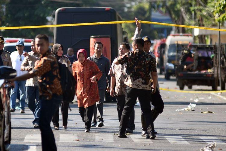 Wali Kota Surabaya Tri Rismaharini (tengah) meninjau di lokasi ledakan di Gereja Katolik Santa Maria Tak Bercela, Ngagel Madya, Surabaya, Jawa Timur, Minggu (13/5). Korban meninggal dunia sebanyak 11 orang dan 41 orang korban luka-luka akibat ledakan di tiga lokasi gereja pada waktu yang hampir bersamaan di Surabaya.