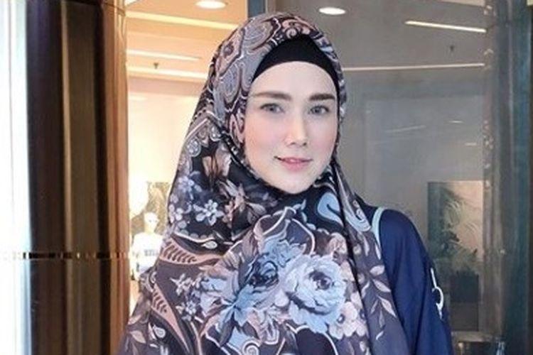 Mulan Jameela, seorang penyanyi yang kini memulai karir sebagai politisi.