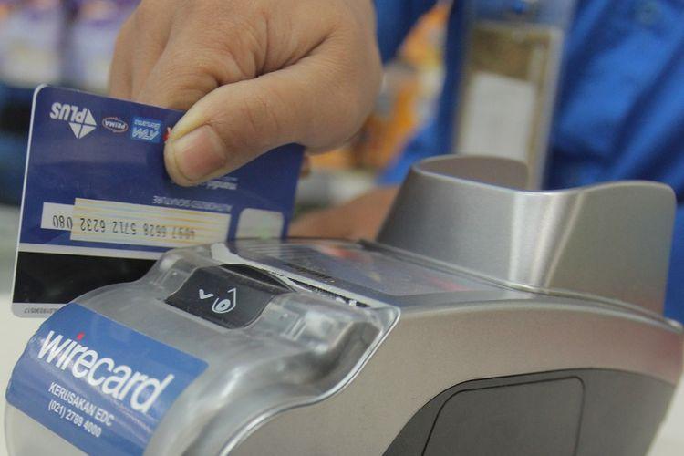 Karyawan toko mengesekan kartu debit di mesin Electronic Data Capture (EDC) di Jakarta, Selasa (5/9/2017). Bank Indonesia (BI) melarang dilakukannya penggesekan ganda (double swipe) dalam transaksi nontunai dalam setiap transaksi dan kartu hanya boleh digesek sekali di mesin Electronic Data Capture (EDC), dan tidak dilakukan penggesekan lainnya, termasuk di mesin kasir. Pelarangan penggesekan ganda tersebut bertujuan untuk melindungi masyarakat dari pencurian data dan informasi kartu. ANTARA FOTO/Muhammad Adimaja/pras/17