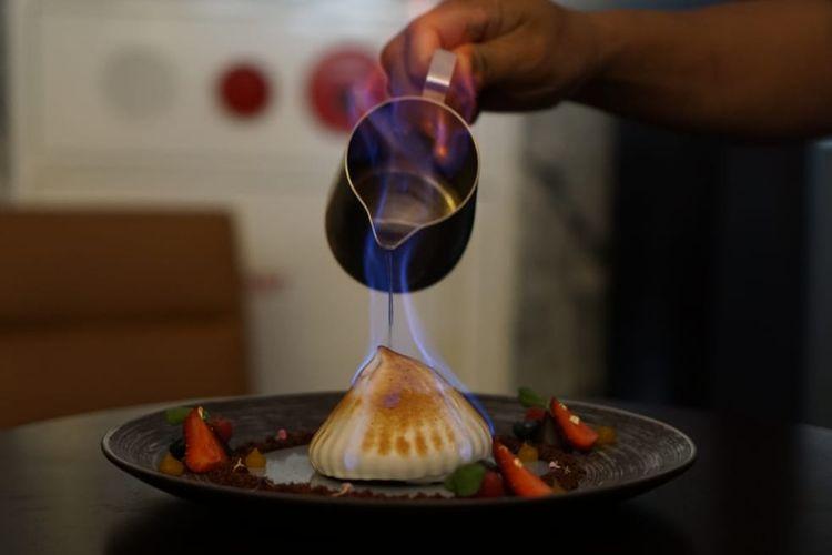 Dessert Baked Alaska karya Feri Sulfian ditawarkan seharga Rp 85.000 per porsi. Dalam menu ini, pelanggan bisa menikmati hidangan es krim berlapis lengkap dengan kucuran Bacardi panas. Ketika Bacardi yang telah dipanaskan dituang ke atas es krim, uap alkohol yang keluar memicu jilatan api di atas suguhan es krim.