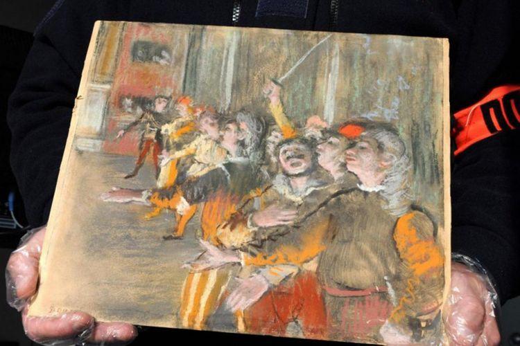Petugas bea cukai Perancis memegang lukisan karya Edgar Degas berjudul Les Choristes yang hilang dicuri dari Marseille, pada 2009.