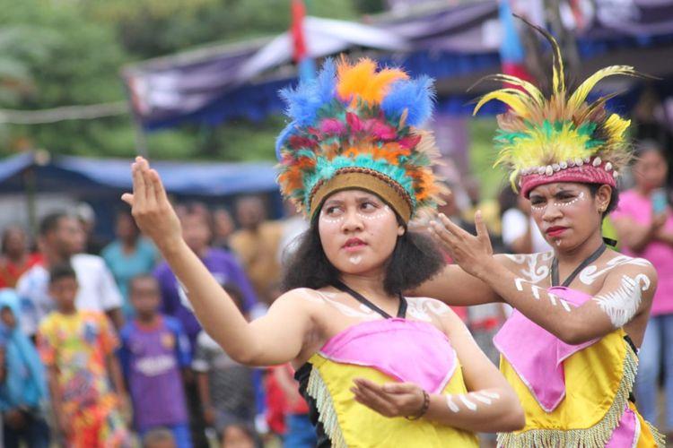 Para wanita ini sedang membawakan Tari Mambri di pembukaan Festival Crossborder Sota 2019 di Papua, Jumat (14/6/2019).