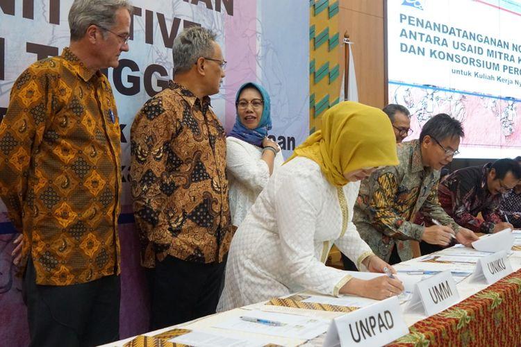 Sepuluh universitas tergabung dalam Konsorsium KKN Kewirausahaan  menandatangani nota kesepahaman dengan USAID Mitra Kunci Initiative pada 10 Juni 2019 di Gedung D Kemenristekdikti, Jakarta.