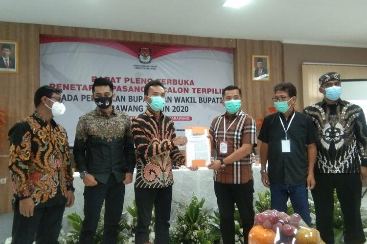 Penyerahan salinan SK enetapan paslon terpilih hasil Pilkada 2020 di KPU Karawang, Kamis (21/1/2021). Pada pleno tersebut, Cellica-Aep ditetapkan sebagai paslon terpilih.