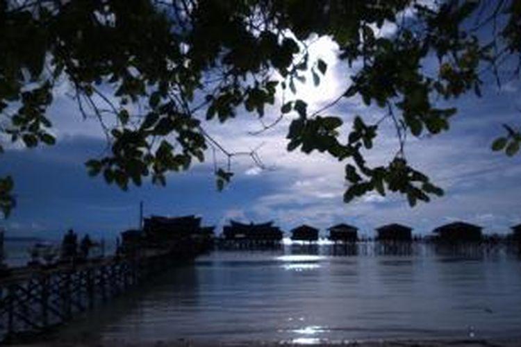 Pemandangan Pantai Maratua. Pulau Maratua adalah salah satu pulau terluar di Indonesia.