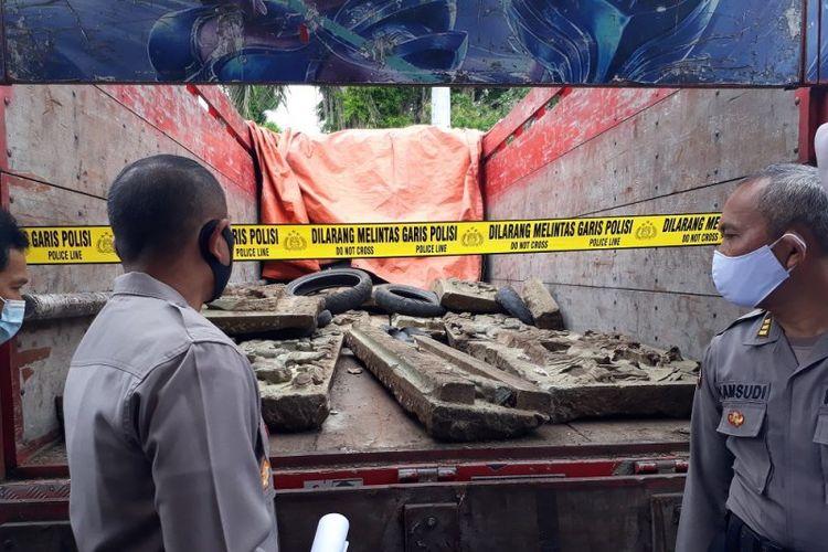 Kapolresta Kediri AKBP Miko Indrayana saat mengecek barang bukti relief yang diambil dari makam Tionghoa (Bong China) di Kecamatan Mojoroto, Kota Kediri, Jawa Timur, Selasa (27/10/2020).