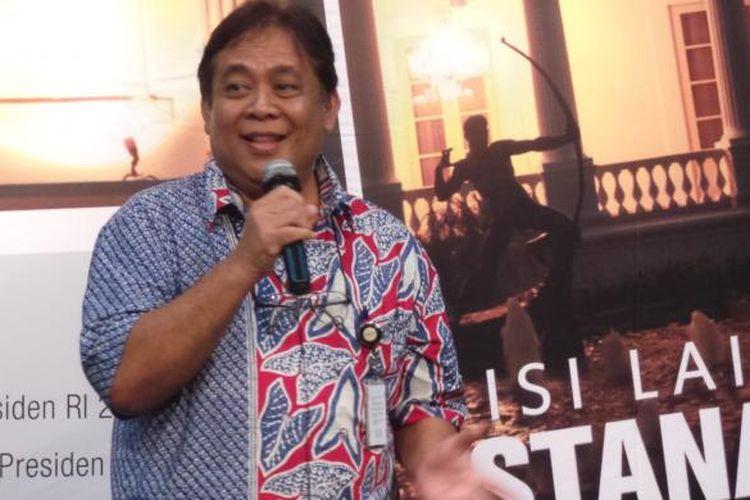 Wartawan Kompas J Osdar berbicara dalam peluncuran buku Sisi Lain Istana 2 di Bentara Budaya Jakarta, Selasa (9/12/2014).